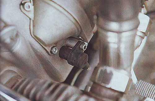 Датчик положения коленвала помещен в смотровом окошке картера