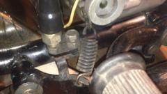 Возвратная пружина педали заднего тормоза при нажатии на педаль